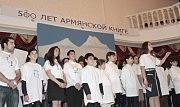 Выступает хор учеников армянской воскресной школы, одетый в майки со всеми 39 буквами армянского алфавита